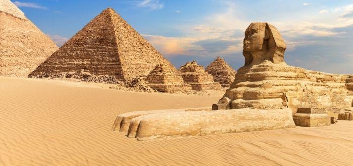 Pirámides y esculturas egipcias